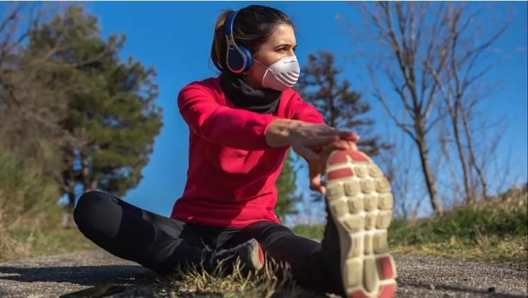 ¿Usar o no cubrebocas mientras salgo a correr en tiempos de COVID-19? Resolvemos el dilema
