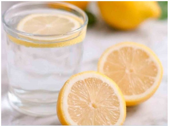 ¿Por qué sirve tomar por la noche agua tibia con limón?