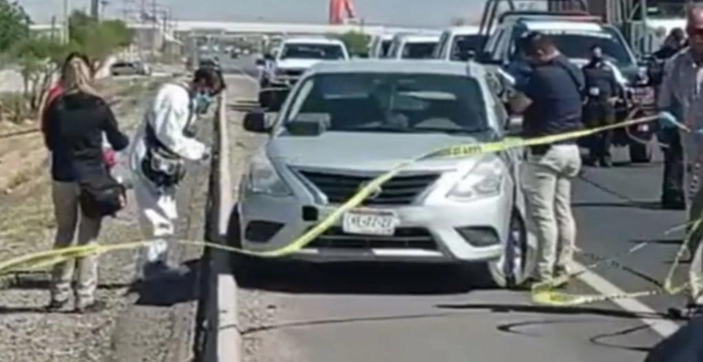 Hallan tres cuerpos amordazados dentro de auto abandonado en Chihuahua