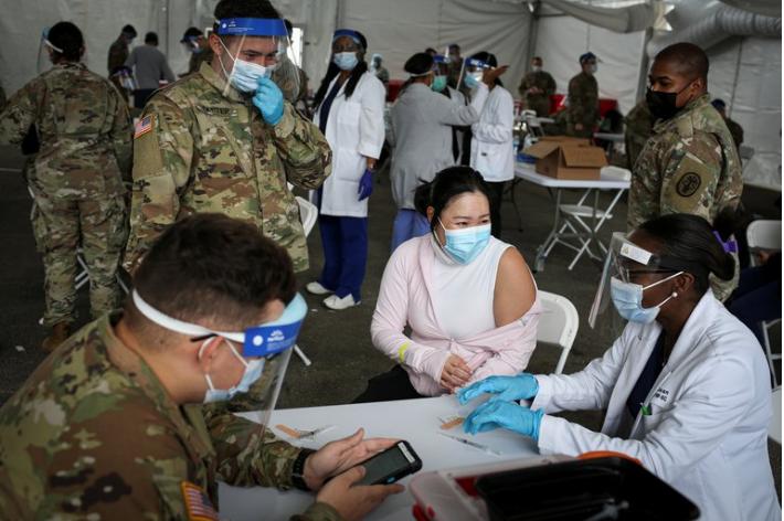 Los centros de vacunación de Florida ya no pedirán documentos para vacunarse