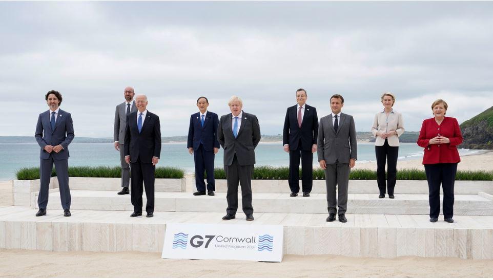 Publican la foto de los líderes de la cumbre del G7 manteniendo distancia social y la Red estalla con bromas