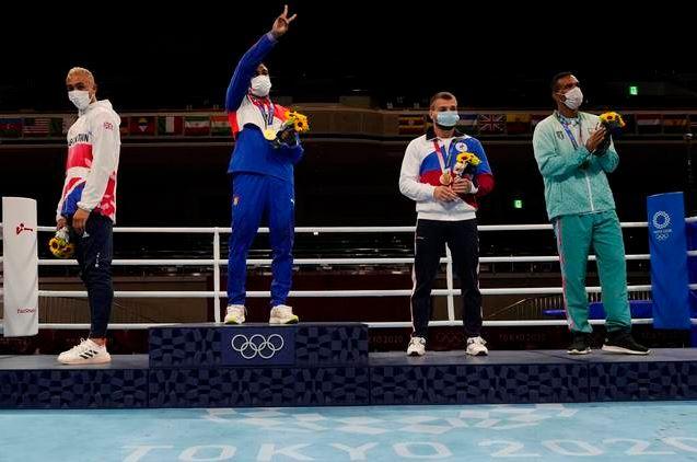Boxeador se niega a ponerse la medalla de plata en los Juegos Olímpicos de Tokio 2021