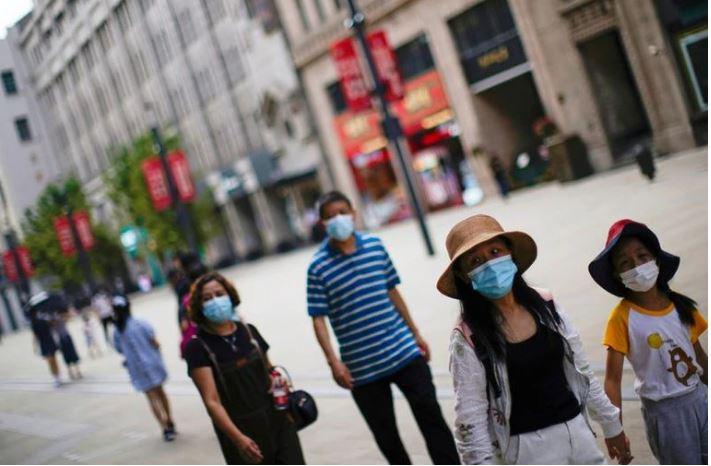 Ciudad china impone restricciones a los viajes y cierra lugares públicos en un nuevo brote de COVID-19
